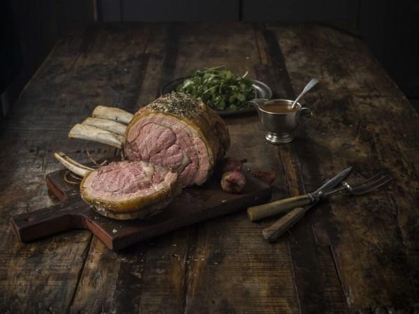 Image ofRib Roast, buntes Gemüse, Yorkshire Pudding & Thymian-Rotweinsoße