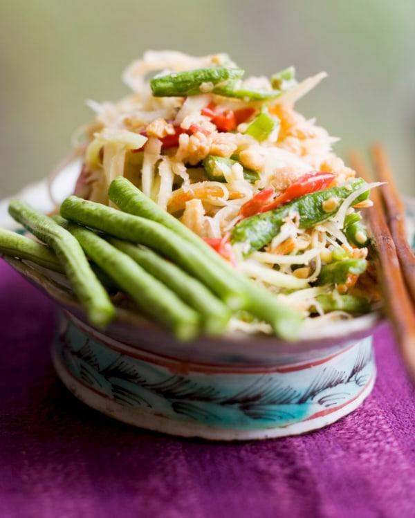 Image ofPapaya-Salat mit grünen Bohnen und Garnelen