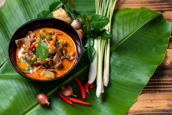 Image ofRotes Thai-Curry mit Rindfleisch und Kokosmilch