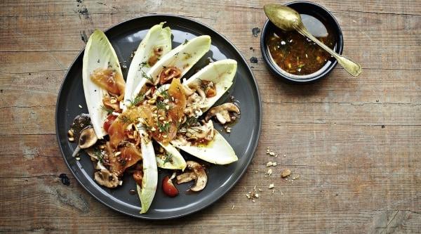 Chicoréesalat mit Räucherlachsstreifen Rezept
