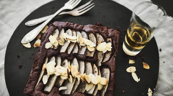 Image of Brownie vom Blech mit beschwipsten Birnen Rezept