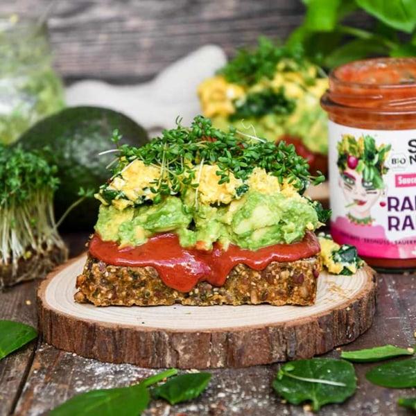 Image of Avocado-Toast mit Spinat-Rührei, Radical Radish Sauce und frischer Kresse