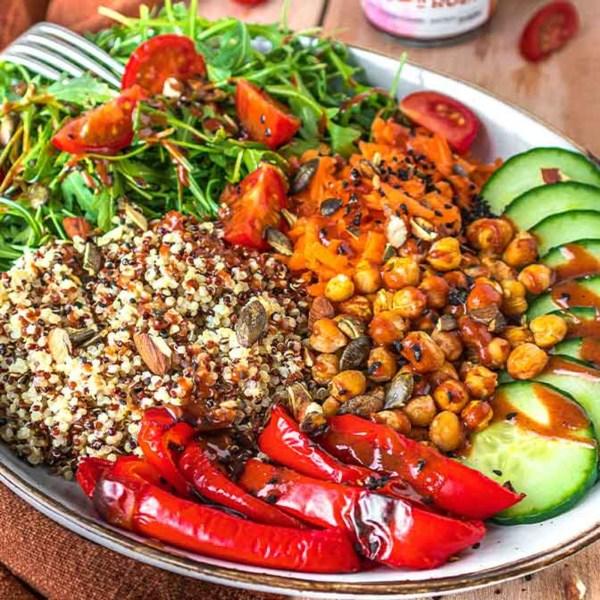 Image of Buddha Bowl mit gerösteter Paprika, Rucola, Quinoa und Moroc'n'Roll Sauce für Gemüse