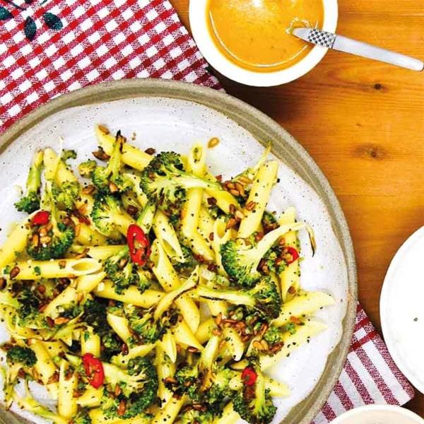 Image of Einfach und schnell zubereitetes Rezept - Penne mit Brokkoli, Sonnenblumenkerne und Viva Aviv Gemüse