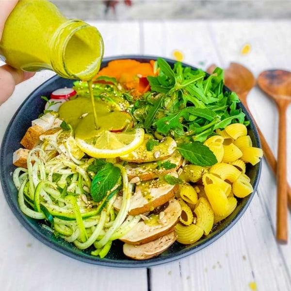 Image ofBunte Salatbowl mit Räuchertofu, Linsennudeln und SpiceNerds Green Madness Salatdressing