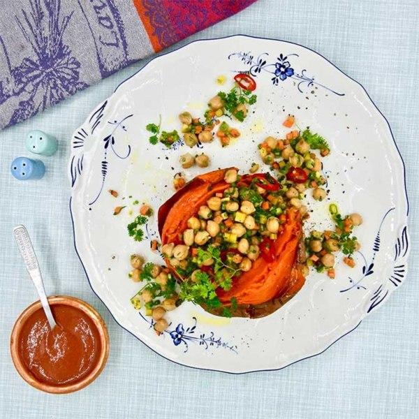 Image of Einfache Rezepte Ofen-Süßkartoffel mit Kichererbsen und Radical Radish Gemüse Topping