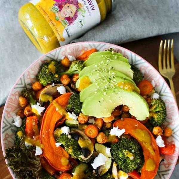 Image ofEinfaches Rezept: Ofengemüse mit Avocado, Kürbis und Viva Aviv Sauce für Gemüse