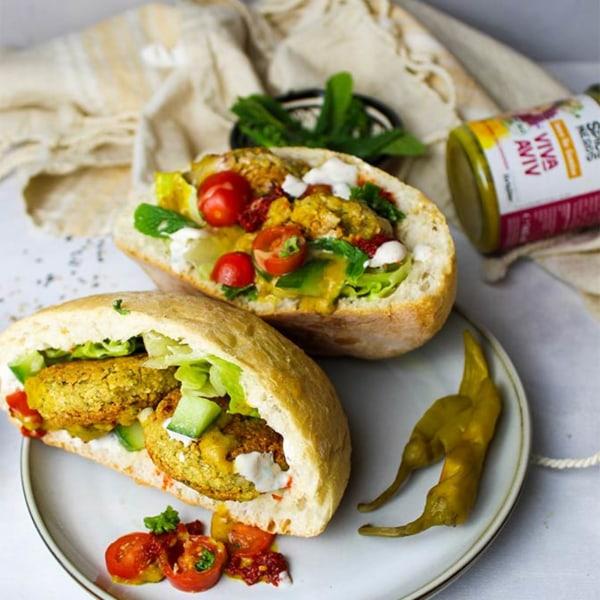 Image of Falafel-Pita mit Joghurtsauce, Gemüse und Viva Aviv Sauce für Gemüse