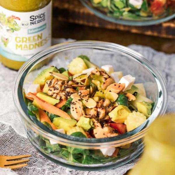 Image of Feldsalat mit Tomaten, Avocado, gerösteten Kernen und veganem Salatdressing Green Madness