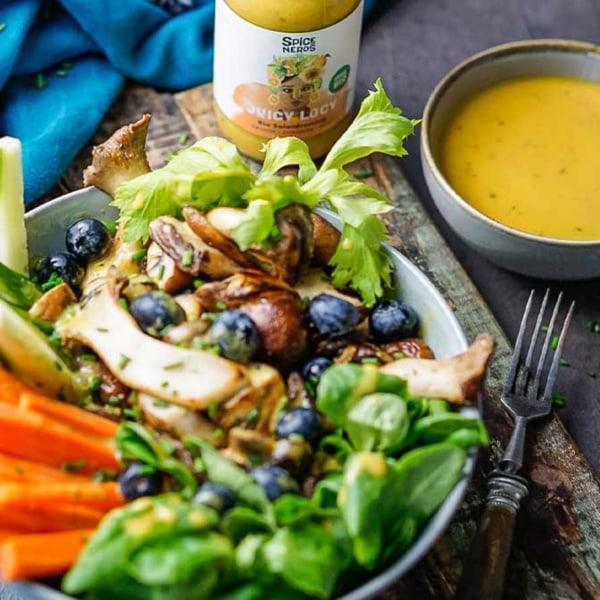 Image ofHerbstlicher Feldsalat mit Pfifferlingen und Juicy Lucy