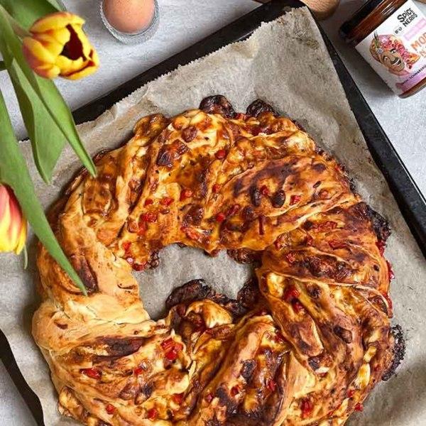 Image of Herzhafter Osterkranz mit Paprika, Käse und Moroc'n'Roll Sauce