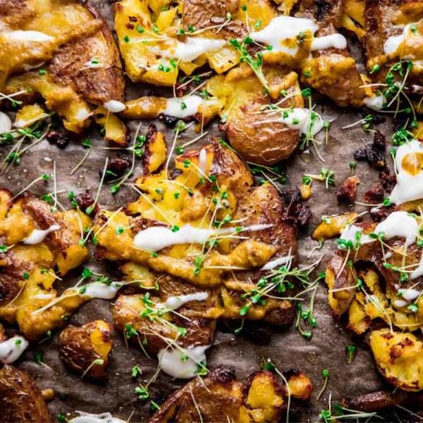Image ofKnusprige Ofenkartoffeln mit veganer Aioli und würziger Sauce Viva Aviv