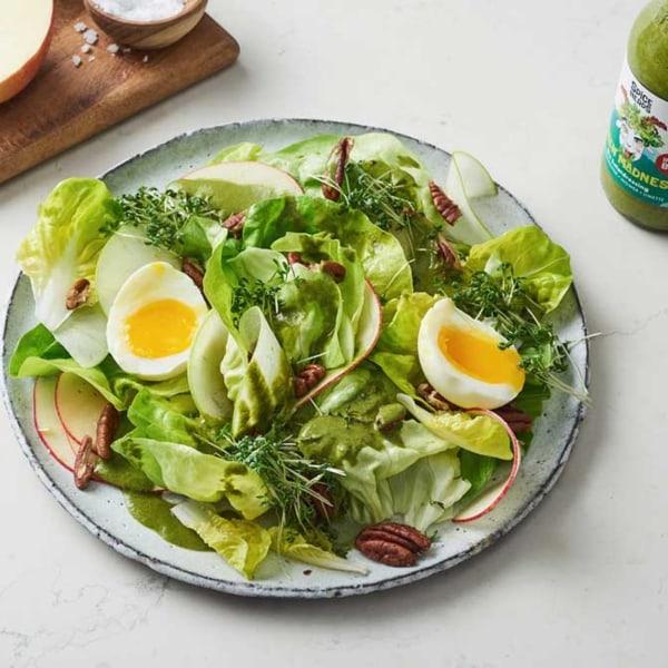Image ofKopfsalat mit Apfel, Ei und Green Madness Dressing für Salat
