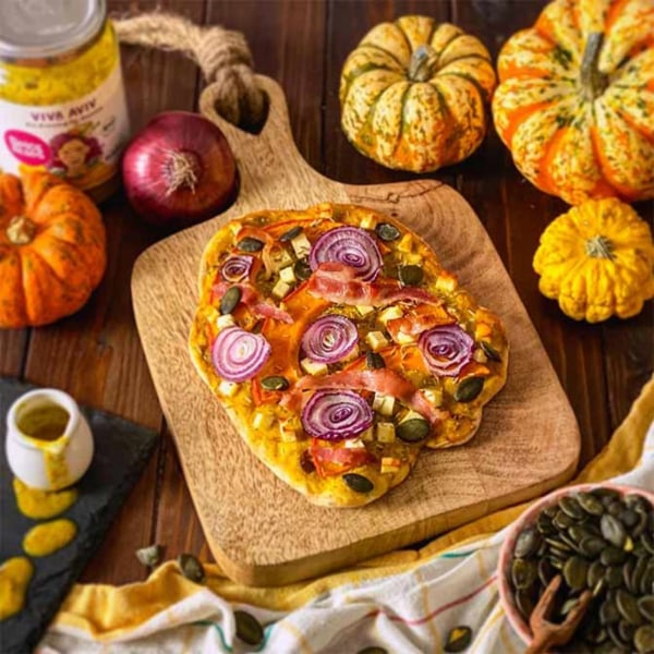 Image of Kürbis-Pizza mit Brezelteig, Feta, Kürbiskernen und Viva Aviv Sauce