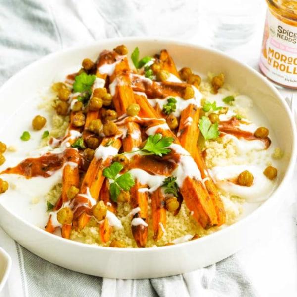 Image ofOfenkarotten mit Couscous, gebackenen Kichererbsen und Moroc'n'Roll Sauce für Gemüse