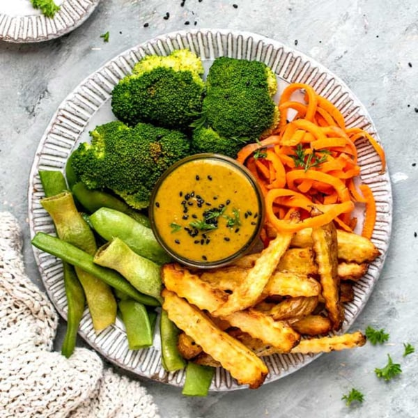 Image ofPommes Bowl mit Gemüse und Viva Aviv