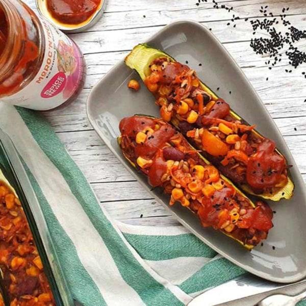 Image of Rezept vegan - Gefüllte Zucchini mit Mais, Möhren und Moroc'n'Roll Sauce für Gemüse