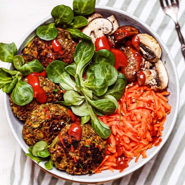 Image of Selbstgemachte Linsenbratlinge mit Feldsalat und Radical Radish Sauce für Gemüse