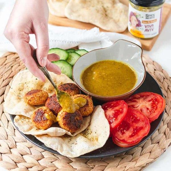 Image ofSelbstgemachte Pitas mit Falafel, Gurke, Tomate und würziger Sauce Viva Aviv