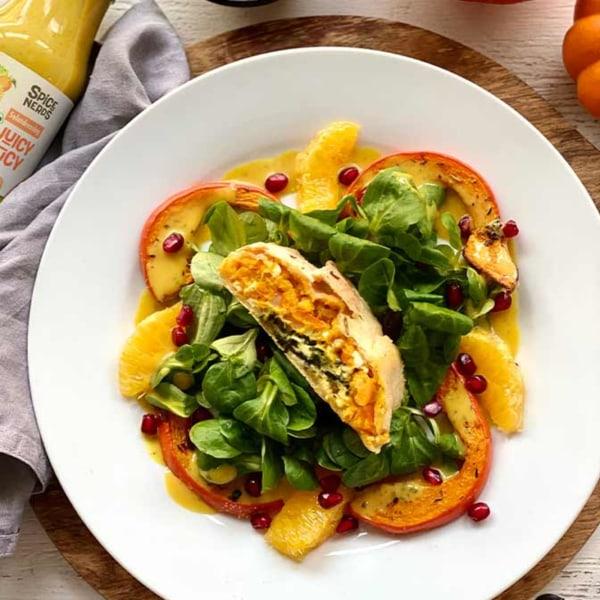 Image of Selbstgemachter Kürbisstrudel auf frischem Feldsalat mit Orange-Senf-Salatdressing Juicy Lucy