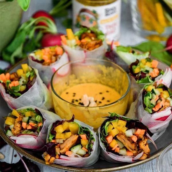 Image of Sommerrollen Rezept mit veganem Hähnchen, frischem Gemüse und Thai-Bao-Erdnuss-Dip