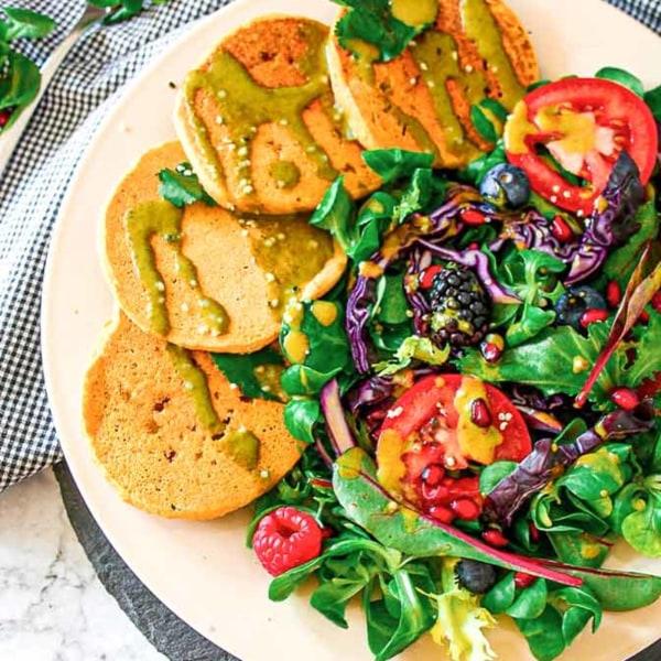 Image ofVegane Kichererbsen-Pfannkuchen mit fruchtig-frischem Salat und Green Madness Dressing