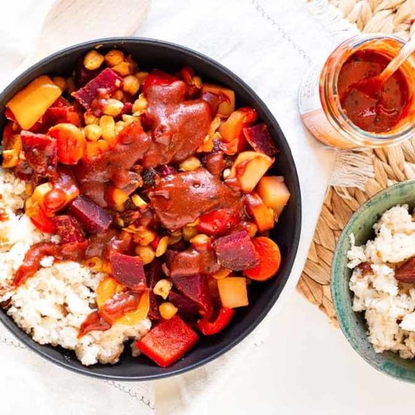 Image ofVegane Marokkanische Tajine mit Gemüse, Moroc'n'Roll Sauce und Dattel-Reis