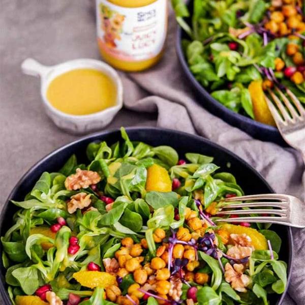 Image of Veganer Feldsalat mit frischen Orangen, gebackenen Kichererbsen und Orangen-Senf-Salatdressing
