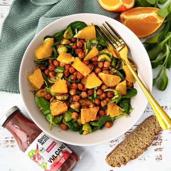 Image of Veganer Feldsalat mit Rosenkohl, knusprigen Kichererbsen und Vulcano Salatdressing
