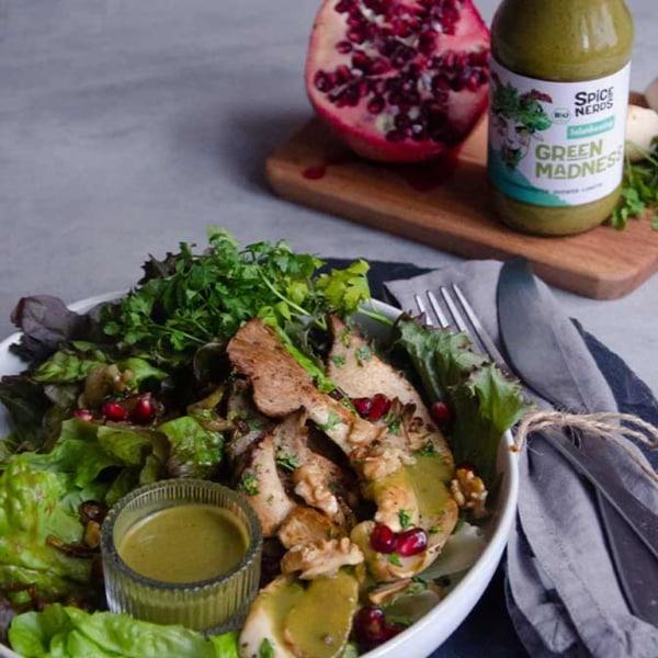 Image of Veganer Wintersalat mit gebratenen Kräuterseitlingen, Granatapfelkernen und Wildkräuterdressing