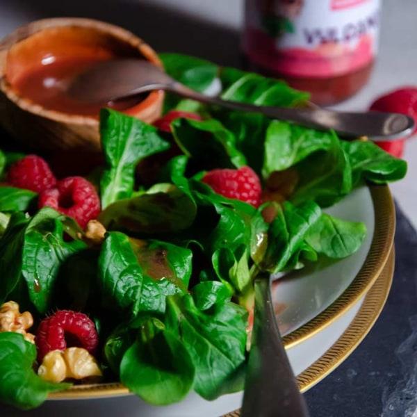 Image of Wintersalat Rezept: Fruchtiger Feldsalat mit Himbeeren, Walnüssen und Vulcano Salatdressing
