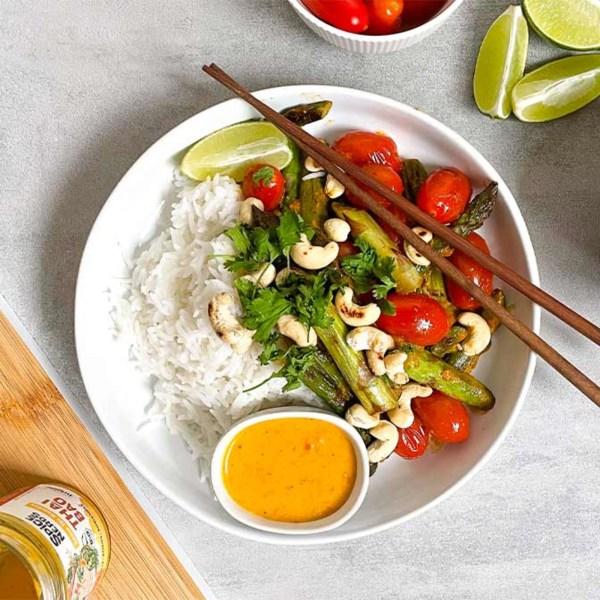 Image ofAsiatische Spargelpfanne mit Kirschtomaten, gerösteten Cashews und asiatischer Sauce Thai Bao