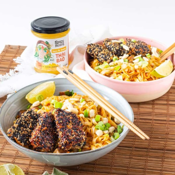 Image of Asianudeln mit mariniertem Tofu in Sesamkruste, Gemüse und Thai Bao Sauce