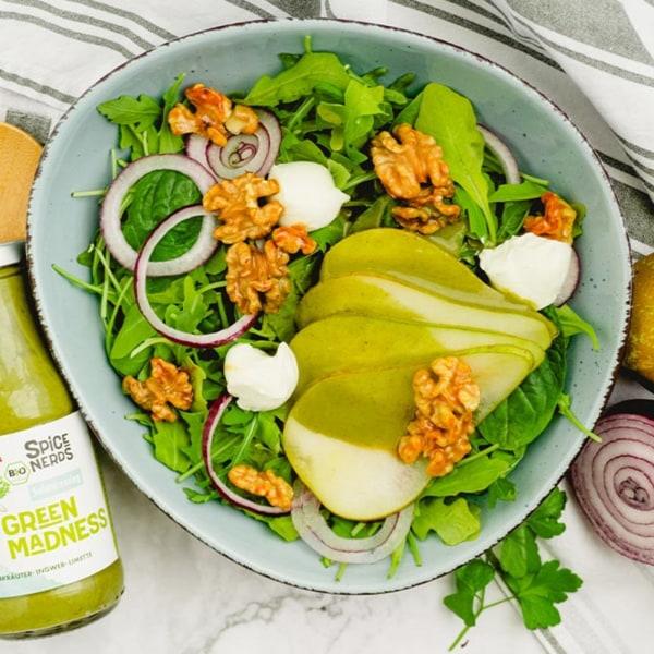 Image ofPflücksalat mit Birnen, karamellisierten Walnüssen und Green Madness Kräuterdressing