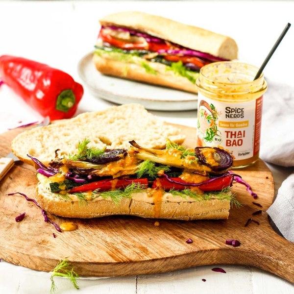 Image ofVeggie Bánh mì mit Grillgemüse, Hummus und asiatischer Thai Bao Sauce für Gemüse