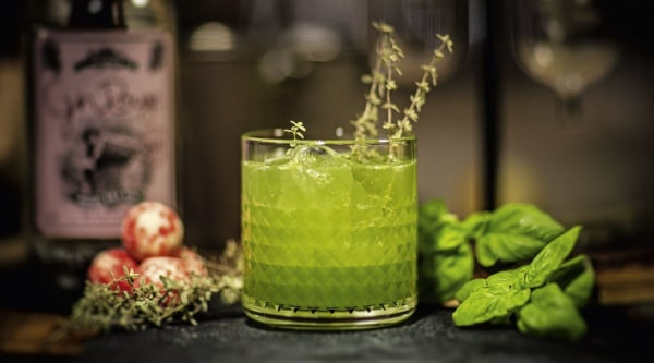 Image of Gin Rouge Basilikum Thymian Smash Rezept