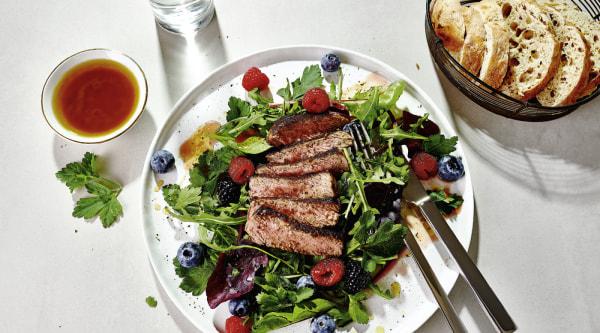 Image of Steak auf Beeren-Kräuter-Salat Rezept
