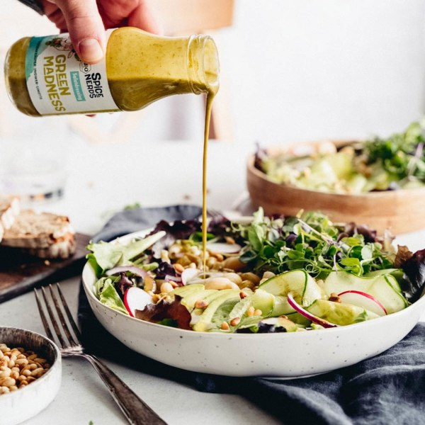 Image of Salat Bowl mit Dinkelnudeln, Blattsalat, Avocado und Green Madness Kräuter-Salatdressing
