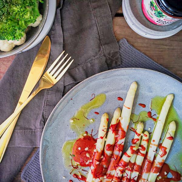 Image of Gegarter Spargel mit Safranfäden, Mandelsplittern und Radical Radish Sauce für Gemüse