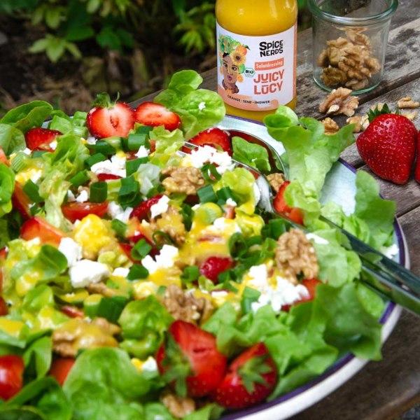 Image ofSommersalat zum Grillen mit frischen Erdbeeren, cremigem Feta und Juicy Lucy Orangendressing