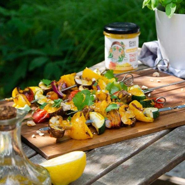 Image of Gemüsespieße zum Grillen getoppt mit Thai Bao Sauce, Cashews und Koriander