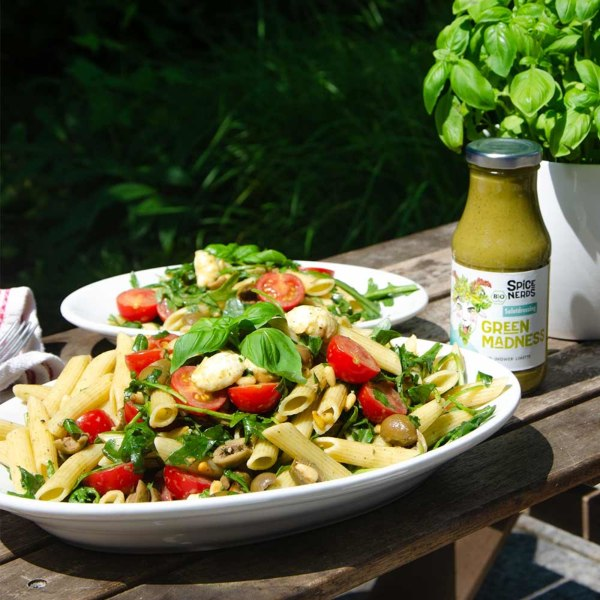 Image ofItalienischer Nudelsalat mit Oliven, Tomaten, Mozzarella und Green Madness Kräuterdressing