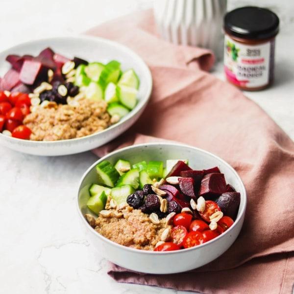 Image ofVegane Quinoa-Bowl mit Rote Bete, Gurke, Tomaten und Radical Radish Sauce für Gemüse