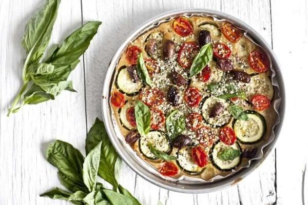 Image ofRecette de pizza d'été aux légumes grillés, chanvre et olive kalamata