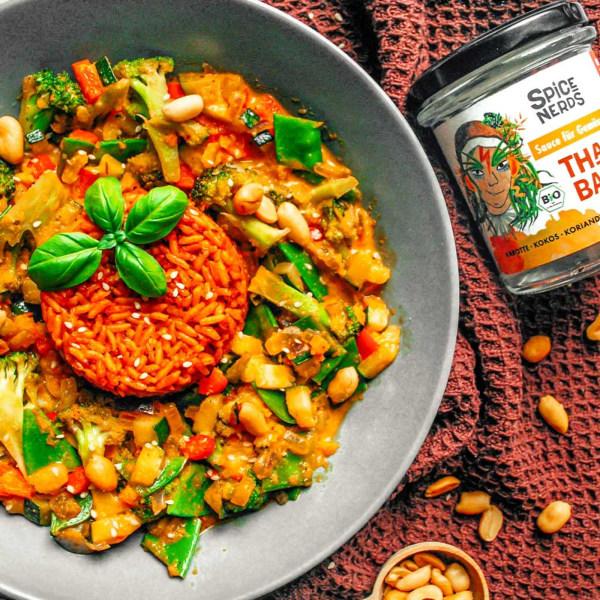 Image ofGemüsecurry mit buntem Gemüse, Reis und Thai Bao Sauce für Gemüse