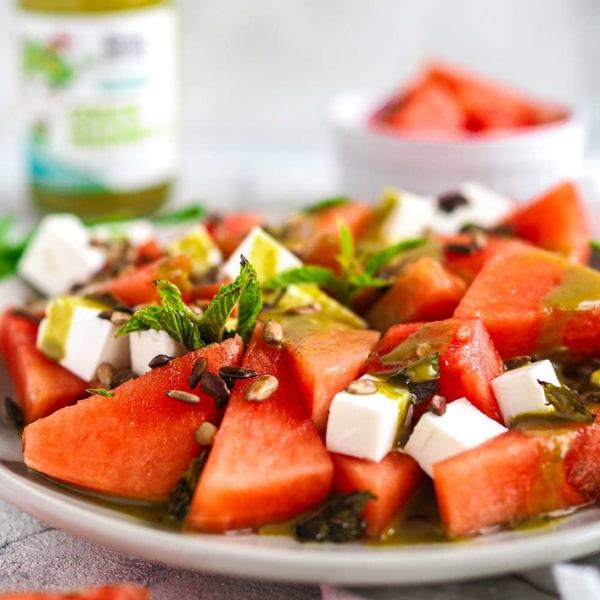 Image of Wassermelonen-Feta-Salat mit frischer Minze, Sonnenblumenkernen und Green Madness Dressing