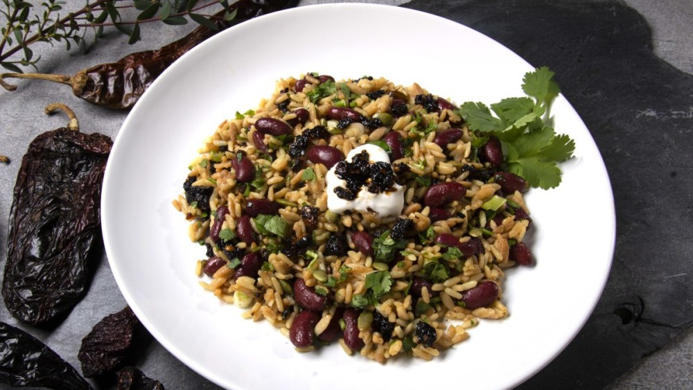 White plate with red beans and seasoned rice with oo'mämē and cilantro. Dried chiles. #myoomame