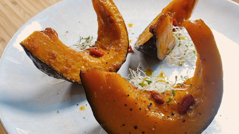 Image of Roasted Kabocha Squash with Goji Infused Olive Oil for Brighter Eyes | 护眼枸杞油醋汁烤南瓜