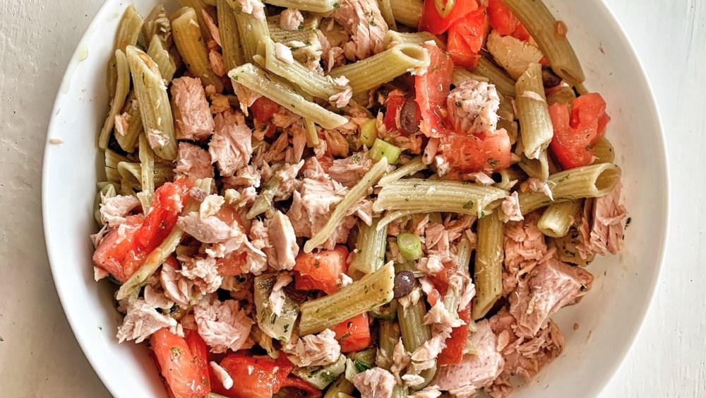 Gluten-free green peas salad with artichokes and tuna