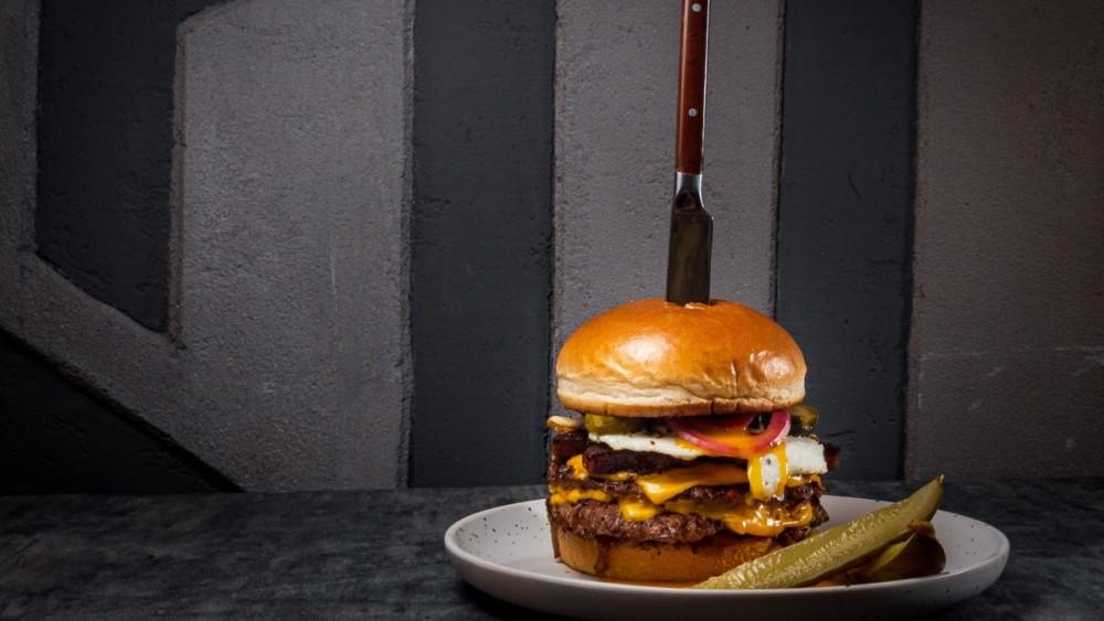 Image of Burger cu ceapă caramelizată, bacon cu piper grunjos și ou ochi